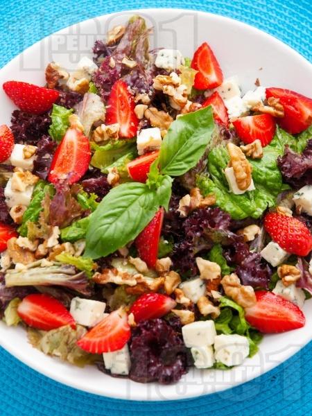Салата с ягоди, синьо сирене и орехи - снимка на рецептата